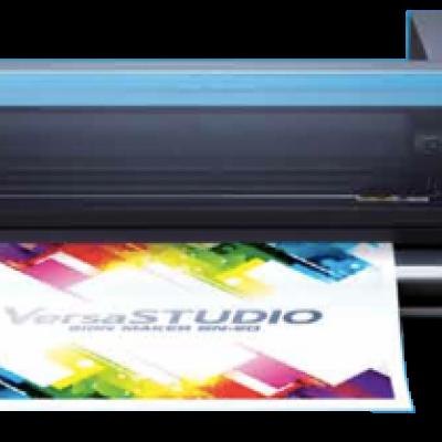 La Roland VersaSTUDIO BN-20 est une imprimante à jet d'encre éco-solvant. La fonction intégrée d'impression et découpe permet à la BN-20 d'imprimer un graphique sur un support adhésif ou thermo-transférable, puis d'en découper son contour, pour des travaux totalement personnalisés. La BN-20 peut imprimer des graphismes pour l'intérieur comme pour l'extérieur sur une vaste gamme de supports
